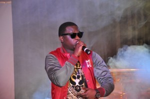Wande-Coal-thrills-the-audience-600x398