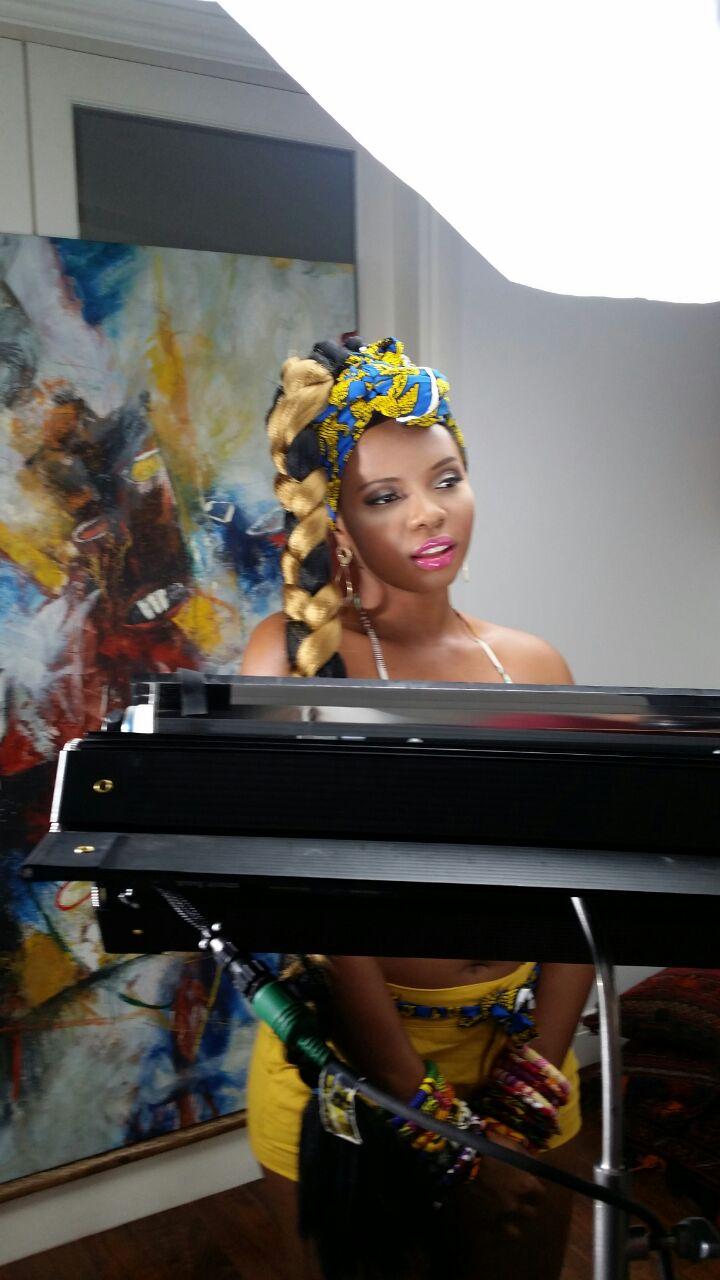Yemi Alade - Kissing [B-T-S] 1