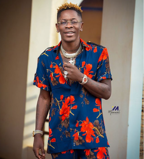 Nigerians React To Shatta Wale's 'Short Gown With Leg Chain' Drip #Arewapublisize
